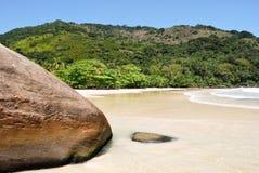 Ilha Grande: Rots bij de Sprongen Mendes, Rio de Janeiro-staat, Brazilië van strandpraia royalty-vrije stock fotografie