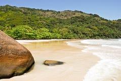 Ilha Grande: Rots bij de Sprongen Mendes, Rio de Janeiro-staat, Brazilië van strandpraia royalty-vrije stock foto