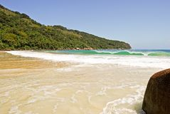 Ilha Grande: Skała przy plażowym Praia Lopes Mendes, Rio De Janeiro stan, Brazylia Zdjęcie Stock