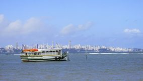 Ilha grandioso de Itaparica da viagem do barco desde março a Salvador, Baía, Brasil foto de stock royalty free