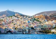 Ilha grega com casas coloridas imagem de stock
