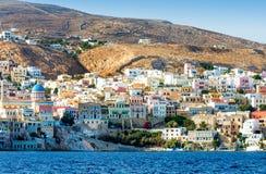 Ilha grega com casas coloridas fotografia de stock