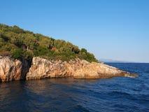 Ilha grega Rocky Outcrop no oceano imagem de stock royalty free