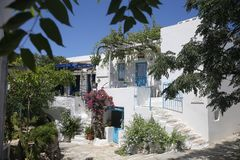 A ilha grega típica whitewashed a casa em Tinos, Grécia Fotografia de Stock