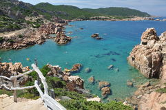 Ilha Itália de Costa Paradiso Sardinia da praia de Li Cossi Foto de Stock