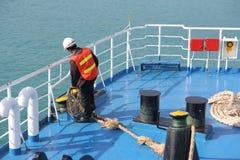 ILHA MAY-28 DE SAMUI: Os barcos à ilha e ao empregado são preparados para entrar na ilha podem sobre 28, 2015 em Suratthani Tailâ Fotografia de Stock