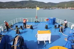 ILHA MAY-28 DE SAMUI: Os barcos à ilha e ao empregado são preparados para entrar na ilha podem sobre 28, 2015 em Suratthani Tailâ Imagem de Stock