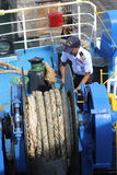 ILHA MAY-28 DE SAMUI: Os barcos à ilha e ao empregado são preparados para entrar na ilha podem sobre 28, 2015 em Suratthani Tailâ Imagens de Stock