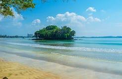 A ilha na costa Imagem de Stock