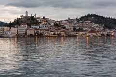 Ilha no crepúsculo, Grécia de Poros Imagens de Stock Royalty Free