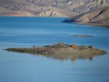 Ilha no lago artificial em montanhas de atlas médias Imagens de Stock Royalty Free