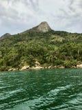 Ilha no meio do mar em Brasil imagens de stock
