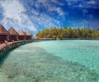 Ilha no oceano, casas de campo do overwater Fotografia de Stock