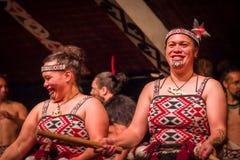 ILHA NORTE, ZEALAND NOVO 17 DE MAIO DE 2017: Feche acima de duas senhoras de Tamaki Maori com a cara tradicionalmente tatooed e v Imagens de Stock