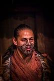 ILHA NORTE, ZEALAND NOVO 17 DE MAIO DE 2017: Feche acima de um homem maori com a cara tradicionalmente tatooed e em tradicional Imagem de Stock