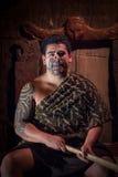 ILHA NORTE, ZEALAND NOVO 17 DE MAIO DE 2017: Feche acima de um homem maori do líder com a cara tradicionalmente tatooed em tradic Imagens de Stock