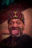 ILHA NORTE, ZEALAND NOVO 17 DE MAIO DE 2017: Feche acima de um homem maori que cola para fora a língua com a cara dentro tradicio Foto de Stock Royalty Free
