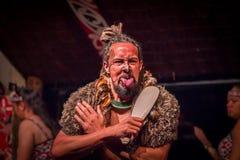 ILHA NORTE, ZEALAND NOVO 17 DE MAIO DE 2017: Homem de Tamaki Maori que cola para fora a língua com a cara tradicionalmente tatooe Foto de Stock Royalty Free