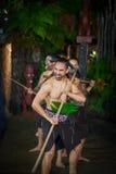 ILHA NORTE, ZEALAND NOVO 17 DE MAIO DE 2017: Homens maori com a cara tradicionalmente tatooed no vestido tradicional em Maori Cul Fotografia de Stock Royalty Free
