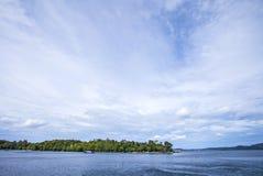 A ilha, a nuvem e o céu azul, vista bonita da praia de Iboih, em Sabang, Indonésia Foto de Stock