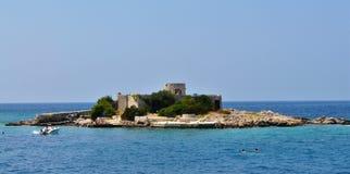 A ilha, o barco e convento de Theotokos imagem de stock royalty free