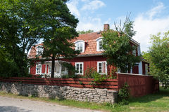 Ilha Oeland da Suécia: casa de madeira vermelha típica Fotos de Stock