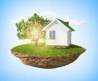 Ilha pequena bonita com levitar da grama e da árvore e da casa Fotografia de Stock
