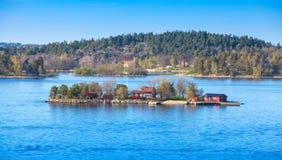 Ilha pequena com as casas de madeira vermelhas Foto de Stock Royalty Free