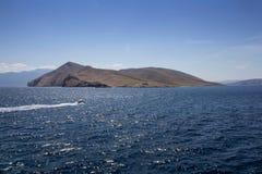 Ilha pequena com o barco do farol e do flutuador, ilha Krk, Croácia fotografia de stock