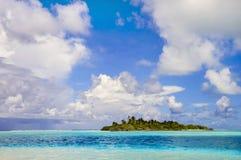Ilha pequena desinibido no oceano azul Foto de Stock Royalty Free