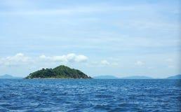 Ilha pequena entre a ilha de Pattaya e de Larn Fotos de Stock