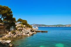 Ilha pequena no mar, azul, céu fotografia de stock