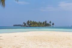 Ilha pequena no mar das caraíbas, San Blas Islands Imagem de Stock