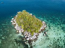 Ilha pequena perto do mar de Andaman da praia de Koh Lipe visto do zangão imagens de stock