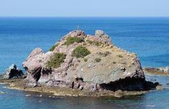 Ilha pequena só no mar Mediterrâneo foto de stock royalty free