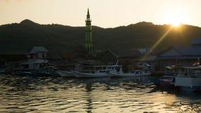Ilha remota da mesquita com ondinha bonita da reflexão da água e a praia clara no jawa do karimun imagens de stock royalty free