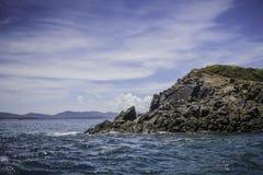 Ilha rochosa com céu azul Imagens de Stock Royalty Free