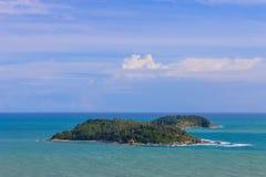 Ilha só no meio do mar do azul dos azuis celestes Fotografia de Stock