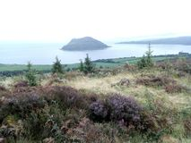 Ilha santamente vista dos montes de Brodick fotografia de stock