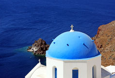 A ilha Santorini em Grécia Igreja grega com telhado azul, mar Imagem de Stock Royalty Free