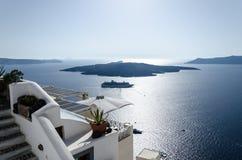 Ilha sob o horizonte no santorini Imagens de Stock Royalty Free