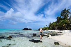 Ilha tropical da visita do turista no cozinheiro Islands da lagoa de Aitutaki Imagens de Stock Royalty Free