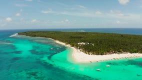Ilha tropical de Daco com um Sandy Beach e os turistas vídeos de arquivo
