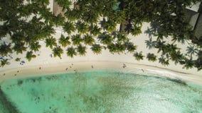 Ilha tropical de Paradise no mar das cara?bas Vista panor?mica da praia selvagem ex?tica selvagem video estoque