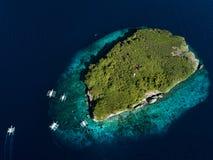 Ilha tropical em Filipinas com barcos de turista foto de stock royalty free