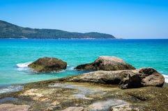 Ilha tropical grandioso de Ilha do mar azul perfeito. Brasil. Aventura de Ámérica do Sul. Imagens de Stock Royalty Free