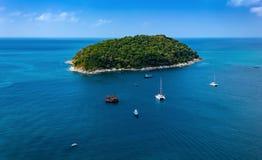 Ilha tropical verde no mar fotografia de stock