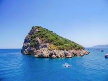 Ilha verde no meio do mar Fotografia de Stock Royalty Free