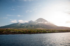 Ilha vulcânica em Indonésia Fotos de Stock Royalty Free