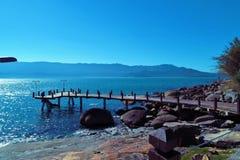 Ilhabela,巴西:一个美丽的港口的鸟瞰图有天空蔚蓝的 免版税库存照片